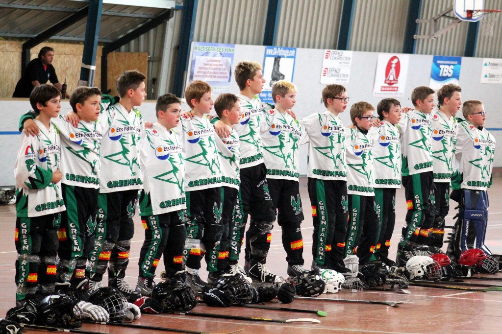 Les jeunes Green Falcons pendant la Marseillaise avant la finale. (Finale Benjamins Roller-Hockey 2014)