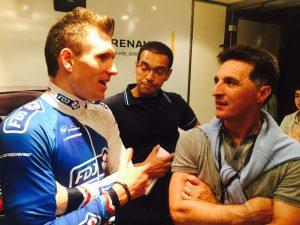 Arnaud Demare en grande discussion avec Christophe Pélissier sur le podium après l'arrivée. A noter qu'Arnaud Demare viendra donner prochainement le coup d'envoi d'un match à la Licorne. Photo : Lionel Herbet