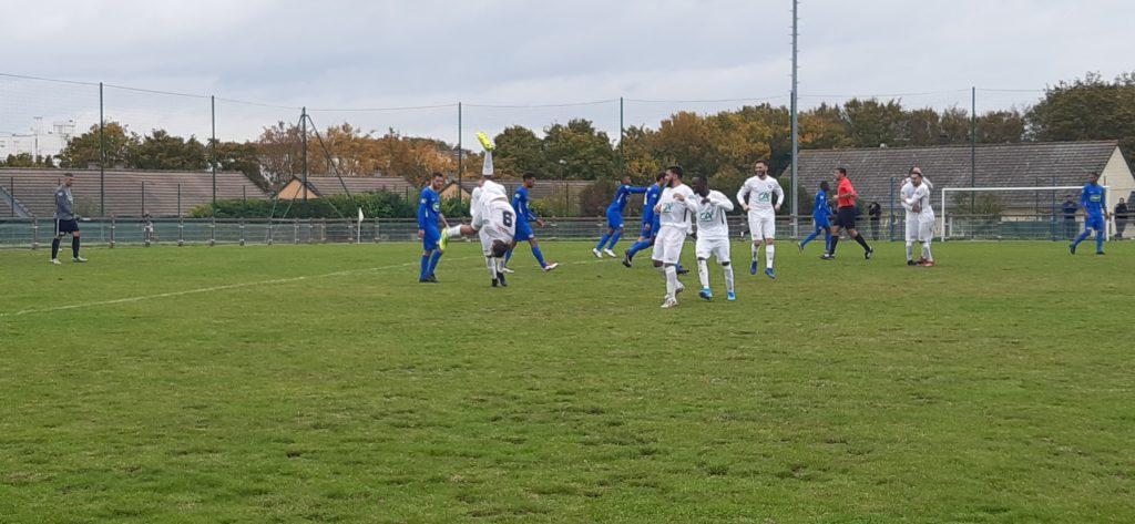 Florian Kuzac célébrant son but de manière acrobatique. Malheureusement pour lui, Senlis égalisera quelques minutes plus tard.