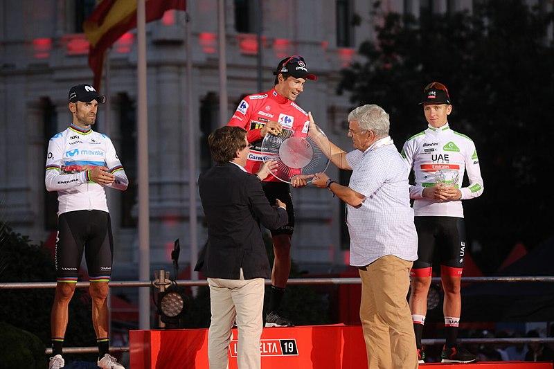800px (podio) Almeida Entrega El Primer Premio De La Vuelta Ciclista A España 2019 03 (1)